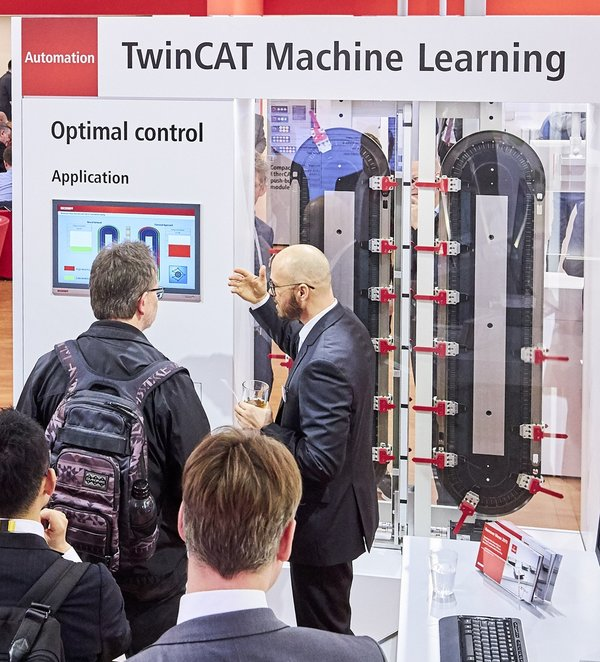 The ML-XTS demonstrator shows how a plant can be controlled in an energy- and wear-optimised way using TwinCAT 3 Machine Learning and TwinCAT 3 Motion Control.